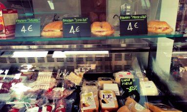 tagliere salumi e formaggi e panini.jpg